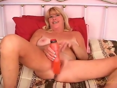 Flirty solo mature fucks her cunt with a toy