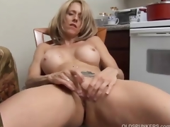 Hot MILF has a wet cookie